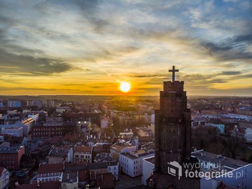 Fotografia przedstawia wieże kościelną.