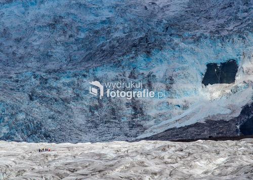 Grupa turystów, wędrujących po jęzorze lodowca Vatnajokull, Islandia