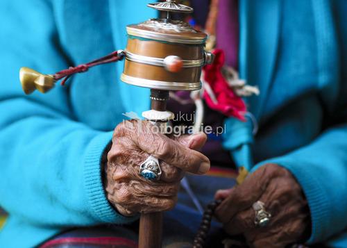 Młynek modlitewny w rękach Tybetanki, Ośrodek dla uchodźców, Nepal