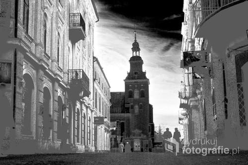ul. Sieradzka widok na Klasztor Ojców Bernardynów w Piotrkowie Tryb.