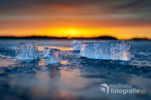 Fotografia wykonana w marcu 2017 nad jeziorem Wigry. Leżące na lodzie kawałki lodu o wschodzie słońca były wdzięcznym tematem do fotografowania.