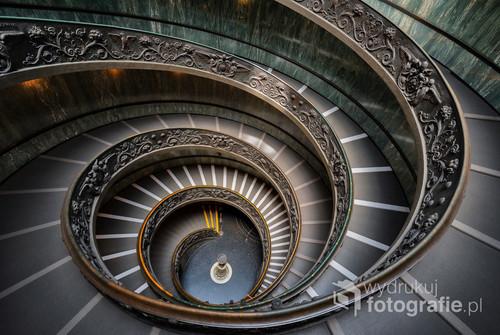 Zdjęcie przedstawia schody prowadzące do wyjścia z Muzeum Watykańskiego.