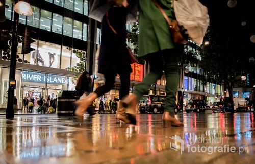 Fotografia pokazująca popularną zakupową ulicę w Londynie. Kąt z którego zrobione jest zdjęcie ma na celu ukazać tempo życia.