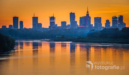 Warszawa o zachodzie słońca widziana z Mostu Siekierkowskiego