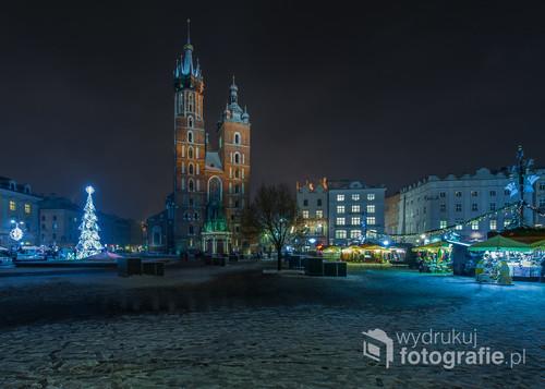 Krakowski Rynek Główny w zimowy, świąteczny wieczór.