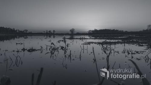 Zdjęcie zrobione wśród pól doliny Widawy, podczas wiosennych roztopów o zachodzie słońca. Wydłużyłem czas naświetlania aby uzyskać efekt gładkiej tafli wody.