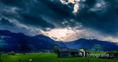 Zdjęcie zrobione w okolicy Zell am see. W trakcie podróży służbowej do Austrii. Spektakularne chmury przelewają się nad alpejskimi szczytami.