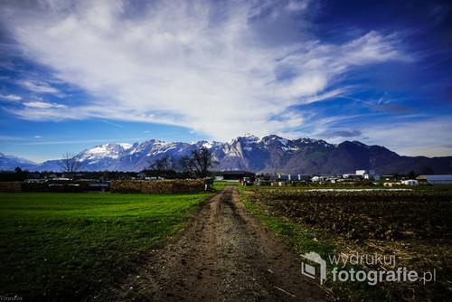 Widok na  Alpy W regionie Vorarlberg Obietnica trudności po drodze.