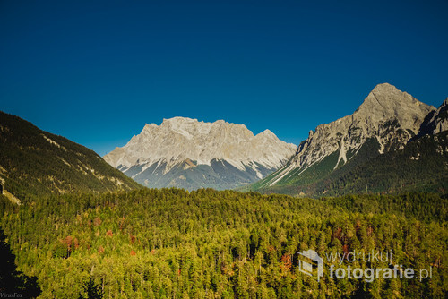 Przełęcz Fernpass widok na Zugspitze Austria  Zdjęcie zrobione wczesną jesienią.