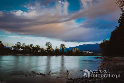 Zdjęcie zrobione podczas służbowej podróży do Austrii. Rzeka Inn i cudne pierzaste chmury.
