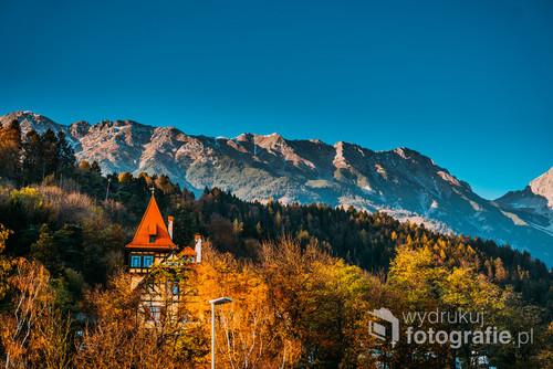 Kolorowe i ciepłe barwy kontrastują z surowymi szczytami masywu Nordkette. Innsbruck  Austria.