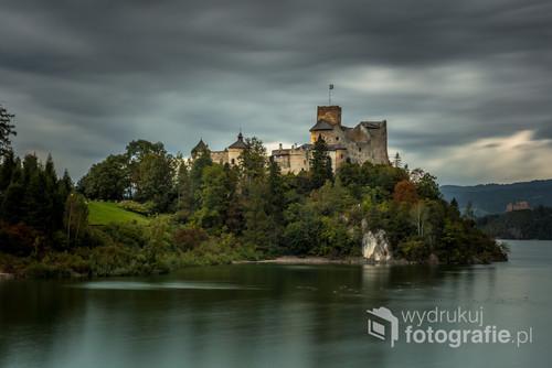 Zdjęcie przedstawia Zamek w Niedzicy na tle