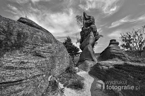 """Fantastyczne formy skalne na szczycie Lwiej Góry (718 m n.p.m.) w Rudawach Janowickich. Skałki tworzą """"malownicze gniazdo- skalne miasteczko w miniaturze, pełne uroczych okien, półek, filarów i kociołków wietrzeniowych (źródło: Wikipedia). Zwą się """"Starościńskimi Skałami"""" i zbudowane są z granitu. Zdjęcie wykonane w sierpniu 2015r. około godziny 15.30- światło było jeszcze dość ostre, motyw kontrastowy, stąd zastosowana technika HDR (montaż trzech naświetlań- aparat zamocowany był na statywie). Zdjęcie zakwalifikowane do wystawy pokonkursowej """"Fotografii Miesiąca"""" Łódzkiego Towarzystwa Fotograficznego, która będzie stanowiła podsumowanie comiesięcznych konkursów odbywających się od września 2016 do czerwca 2017 (wernisaż w lipcu 2017)."""