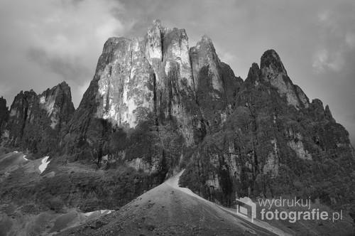 Imponujący skalny bastion Cima Canali (zachodnia ściana) królujący and górną częścią doliny Val Pradidali we Włoskich Dolomitach (podgrupa Le Pale di San Martino). Zdjęcie zostało wykonane w sierpniu 2010r. około godziny 20.00. Światło zachodzącego słońca padało już jedynie na szczyty turni.