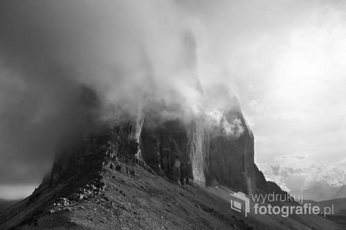 Zdjęcie przedstawia słynne szczyty Tre Cime di Lavaredo we Włoskich Dolomitach (podgrupa Dolomiti di Sesto). Najwyższy spośród tych sklalnych klocy przekracza wysokość 600m licząc od podnóża ściany do szczytu (2999m.n.p.m). Zdjęcie wykonane z okolic przełęczy Forcella la Lavaredo (2454m.n.p.m). Zdjęcie otrzymało III nagrodę w konkursie