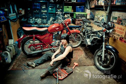 Karolina pasjonuję się renowacją starych motorów. / Gniezno Fotografia wyróżniona w konkursie Wielkopolska Press Photo