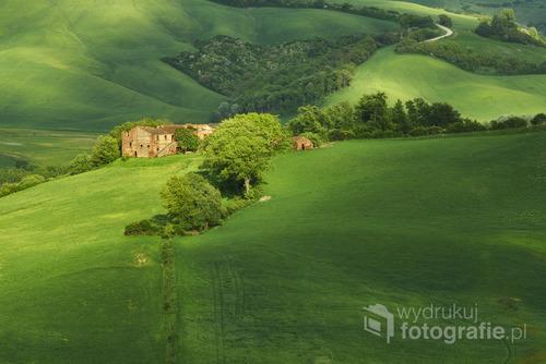 Fotografia przedstawia opuszczoną farmę w Toskanii w okolicy miejscowości Vescona. Przez parę sekund wspomniany budynek został oświetlony promieniem światła co nadało niecodzienny klimat temu ujęciu.
