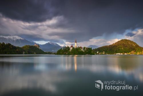 Ostatni blask zachodzącego słońca na wieży kościoła nad jeziorem Bled w Słowenii. Zdjęcie uzyskało: Publikacja w ogólnoświatowym magazynie www.camerapixo.com, zdjęcie wyróżnione przez redakcję National Geographic Polska