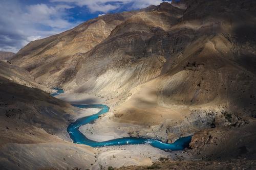Wrzesień to nasza ulubiona pora na wędrówki po północnej stronie Himalajów. Jednym z powodów jest kolor wody w niektórych rzekach. Tsarap jest najbardziej błękitną z rzek oglądanych przez nas w Himalajach.