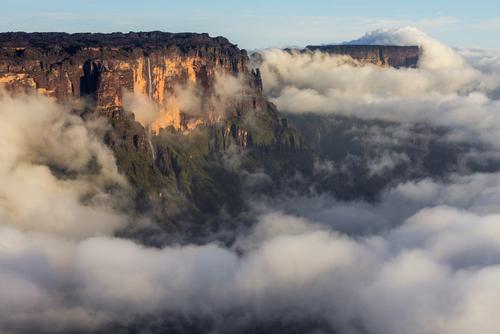 Poranek po deszczowym dniu, kiedy odsłoniły się chmury otulające góry stołowe (tepui) w Wenezueli