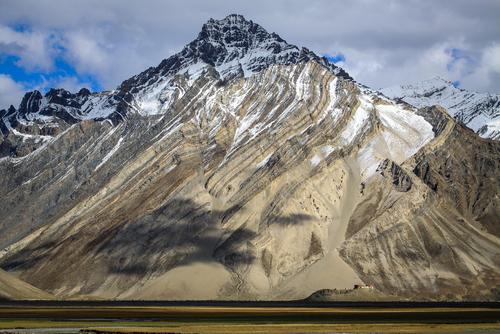 Klasztor Rangdum wznosi się pośrodku doliny Suru u podnóża malowniczej góry w drodze do Zanskaru w indyjskich Himalajach