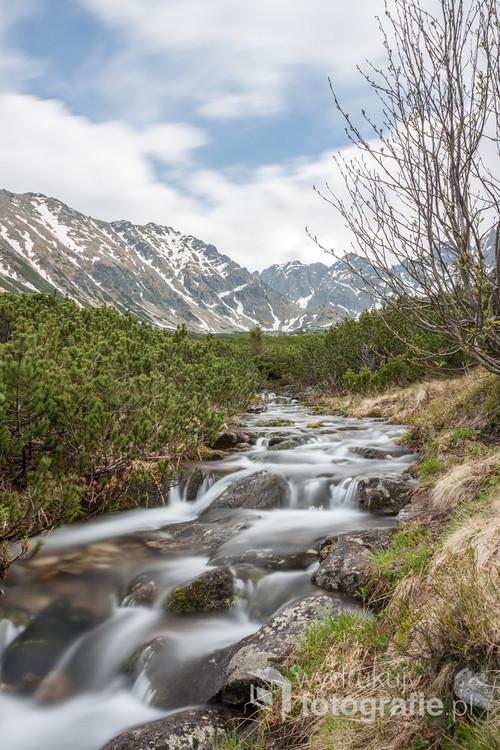 Zdjęcie zrobione w maju 2016 roku przy zejściu czarnym szlakiem od strony czerwonego stawu. Długi czas naświetlania pozwolił pokazać ruch chmur i wody.