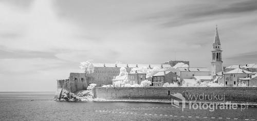 Zdjęcie wykonane w podczerwieni przedstawia stare  miasto Budva w Czarnogórze.