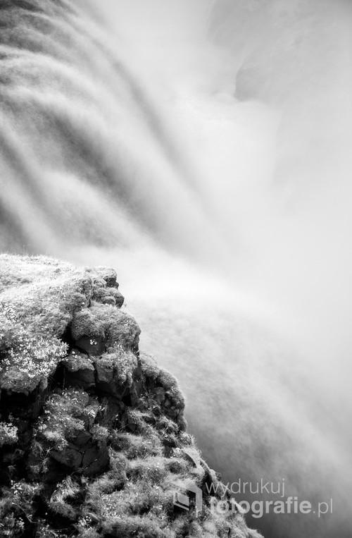Zbliżenie na kaskady wodospadu Gullfoss w Islandii, widziane w podczerwieni.