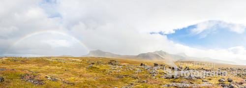Po całodniowym opadzie deszczu słońce wyłoniło się zza chmur. Naprzeciw ukazała się pełna tęcza. Snæfellsnes w Islandii.