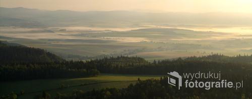 Widok na granice Polsko - Czeską o wschodzie słońca. Okolice schroniska Szczeliniec.