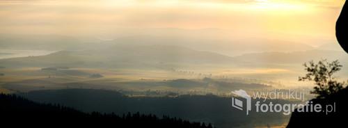 Z pomiędzy szczelin sudetów wspaniały widok na mglistą dolinę.