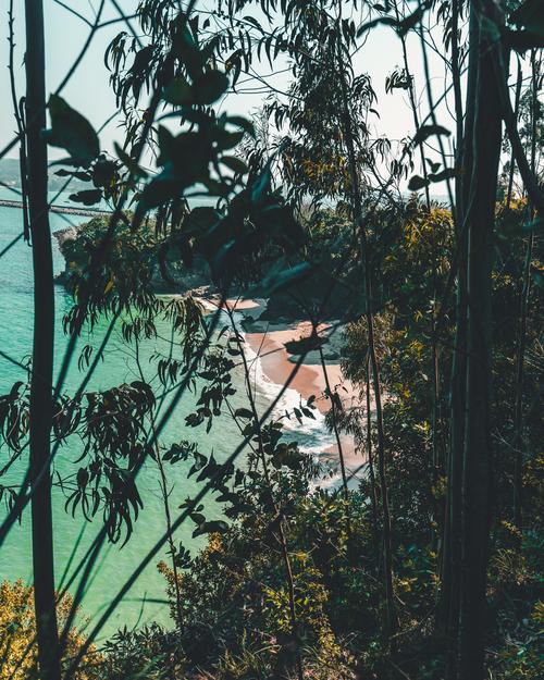 Zdjęcie zostało zrobione podczas krótkiej wycieczki urokliwym hiszpańskim wybrzeżem. Malownicze plaże połączone z błękitno-zielonym kolorem Oceanu Atlantyckiego zachęcają by zatrzymać się i odpocząć pośród złotego piaski i szumu fal. W miejscowości Sada, w Galicji.