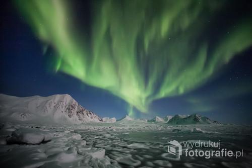 Arktyka, Spitsbergen - zorza polarna nad zamarzniętym fiordem. Zdjęcie wyróżnione w 5 edycji Wielkiego Konkursu Fotograficznego National Geographic Polska