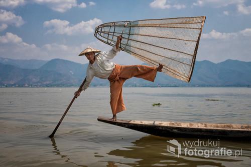 Rybacy, mieszkający nad jeziorem Inle w Birmie, rozwinęli niespotykany nigdzie indziej sposób połowu ryb. Balansując na jednej nodze, a drugą wiosłując, łowią za pomocą bambusowych koszy. Technika ta wymaga niezwykłej koordynacji i niemal akrobatycznych zdolności.