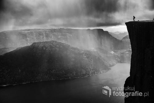 """Zdjęcie wykonane na klifie Preikestolen w Norwegii. Fotografia zdobyła szereg nagród, m.in:  Szeroki Kadr - """"Poza utartym szlakiem"""" - 1 miejsce Wanderlust - 1 miejsce Konkurs Fotograficzny Trekmondo - 1 miejsce Fotografia Roku LTF - 2 miejsce"""