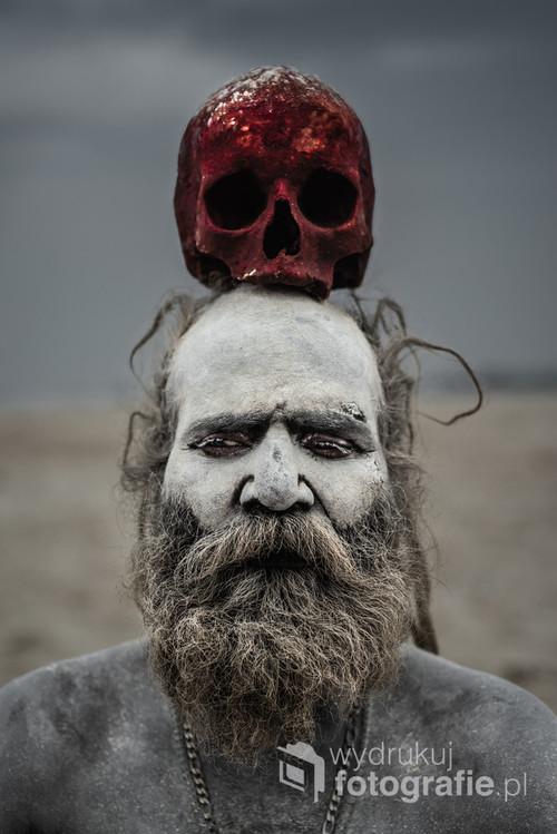 Aghori, najbardziej tajemniczy i przerażający indyjscy asceci. Mówi się, że znajdują się gdzieś pomiędzy życiem, a śmiercią. Często zamieszkują okolice stosów pogrzebowych, a do swoich rytuałów wykorzystują ludzkie ciała. Pudźę odprawiają siedząc na zwłokach i pozyskują