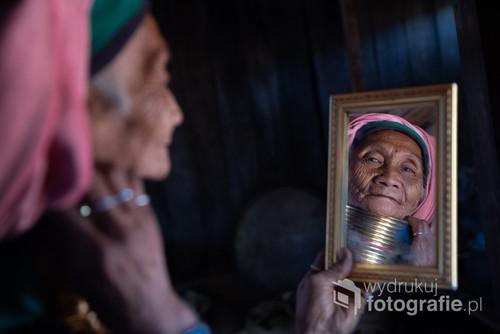 Mu Shan z plamienia Kayan, zamieszkującego wschodnią Birmę. Kobiety z tego plemienia potocznie nazywa się