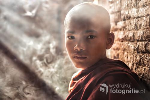 Młody birmański mnich sfotografowany  w Bagan, w świątyni należącej do historycznego kompleksu wpisanego na listę światowego dziedzictwa UNESCO.