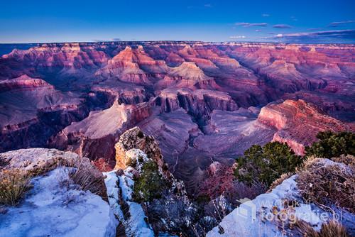 Zdjęcie zostało wykonane w grudniu 2015 roku, podczas wyprawy autem przez USA. Przedstawia Wielki Kanion Kolorado z południowej krawędzi, tuż przed zachodem słońca.
