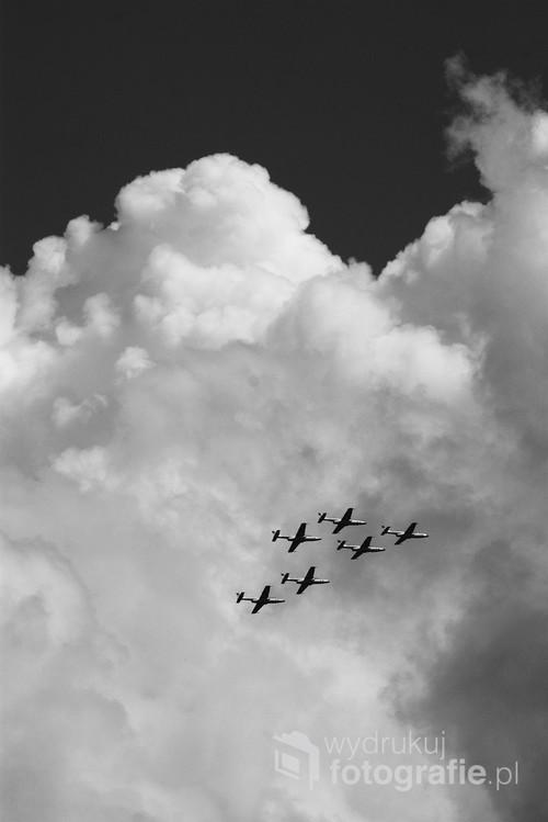 Zdjęcie wykonane podczas święta 56 bazy lotnictwa. Pokaz zespołu Biało-czerwone iskry, samoloty szkoleniowe polskiej konstrukcji TS-11 Iskra.
