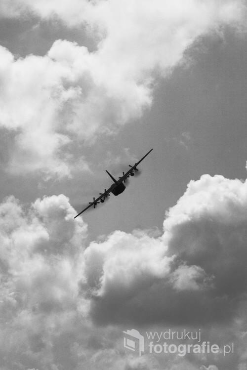 Zdjęcie przedstawia samolot transportowy CASA C-295. Z maszyn tego typu korzystają m.in. Siły Powietrzne RP oraz Hiszpańskie Siły Powietrzne i Portugalskie Siły Powietrzne. . Przelot pokazowy na inowrocławskim niebie podczas dni 56 bazy lotniczej