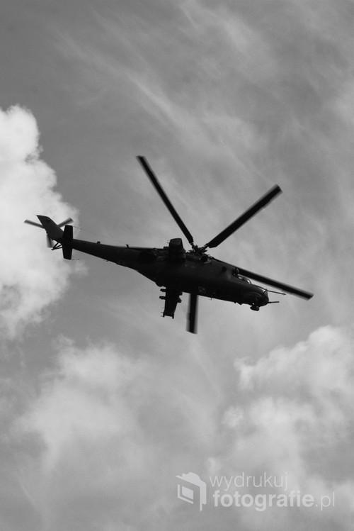 Zdjęcie wykonane w Inowrocławiu podczas święta 56 Bazy Lotnictwa, przedstawia ciężki śmigłowiec Mi-24 opracowany przez rosyjskich konstruktorów w biurze konstrukcyjnym Michaiła Mila.