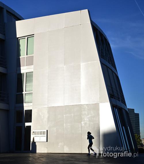 Kolonia, przypadkowa miłośniczka biegania dopełniła bryłę architektoniczną budynku