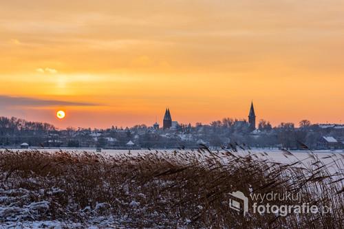 Zimowy wschód Słońca w Ostródzie z klasyczną panoramą miasta.