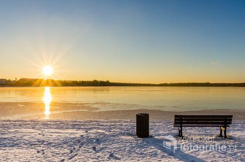 Powoli zbliżające się do zachodu Słońce nad Jeziorem Drwęckim w Ostródzie