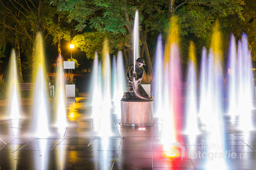 Zrekonstruowana w 2012 roku Fontanna Rybaka, znajdująca się nad Jeziorem Drwęckim w Ostródzie. W nowej odsłonie fontanna zyskała świetlno-dźwiekową oprawę.