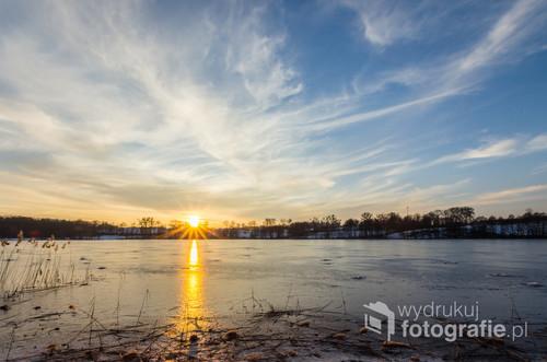 Zimowy zachód Słońca nad Jeziorem Morliny pod Ostródą.