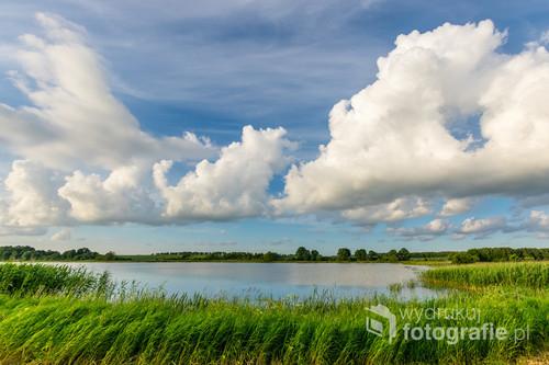 Jezioro Kraplewo w pobliżu Ostródy, które nosi taką samą nazwę jak leżąca nad nim wieś.