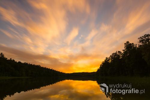 Zachód Słońca nad Jeziorem Srebrnym położonym w lesie pomiędzy Ostródą i Miłomłynem.
