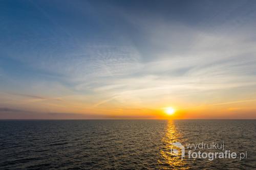 Wschód Słońca nad Morzem Bałtyckim widziany z pokładu promu.
